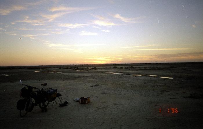 Первое утро 1996 года.  Вокруг на десятки километров нет ни одной живой души. Пустыня