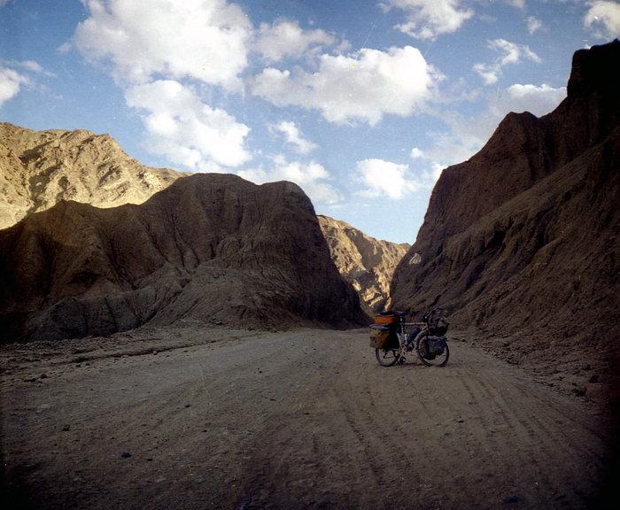 Это — сравнительно хорошая дорога в южном Пакистане