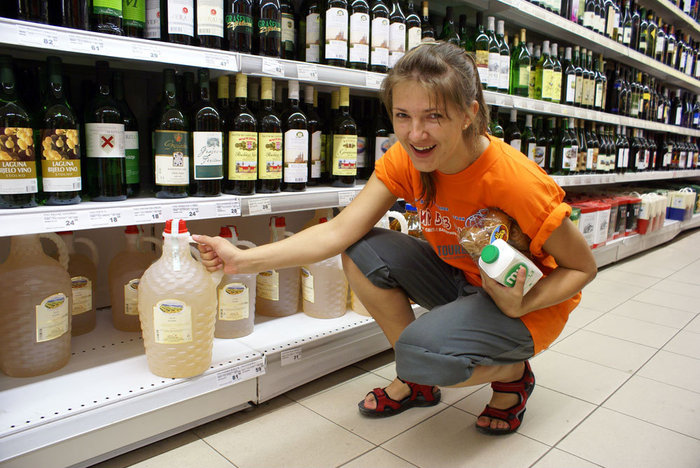 В винном отделе супермаркета.