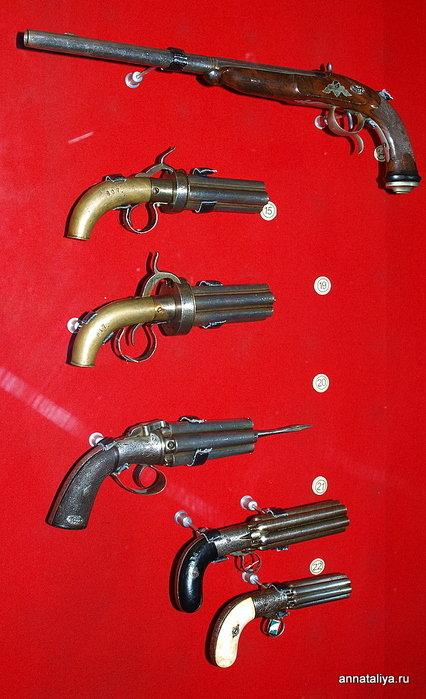Прототипы современных револьверов. Все, кроме верхнего — капсюльного пистолета. Вместо барабана у них несколько стволов. Назывались они бюндельревольверы.
