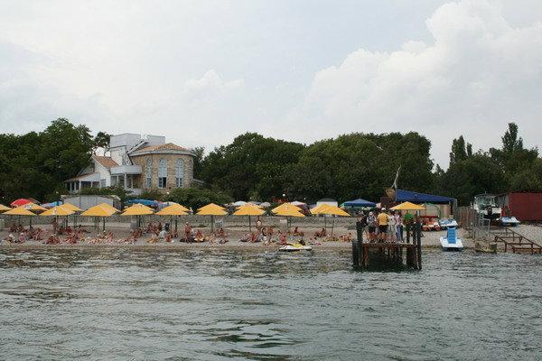 Центральный пляж, на заднем плане дом Волошина — основателя поселка.