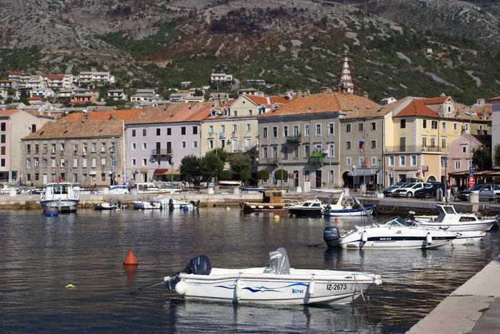 Городок Сень. Здесь иногда море замерзает. Но и летом вода холоднее, чем в других местах Хорватии.