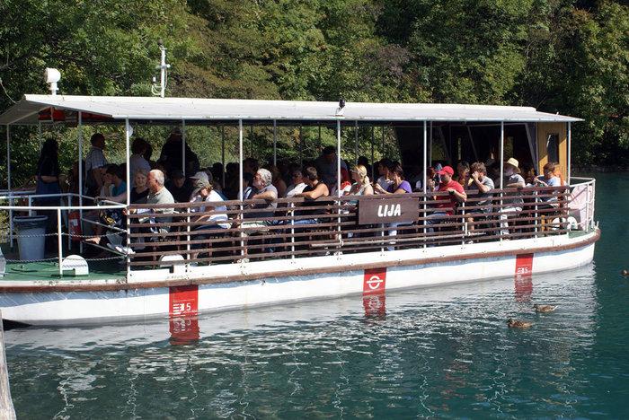 Паром для туристов на Плитвицких озерах