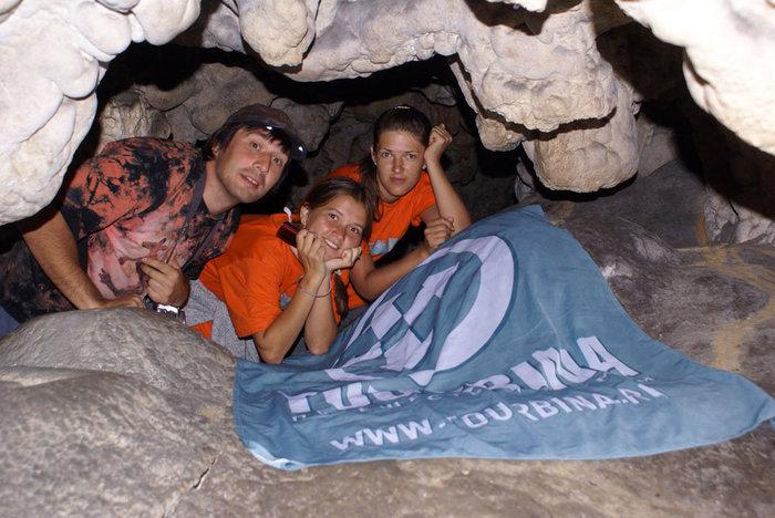 Кругосветчики в пещере. В районе Плитвицких озер в Хорватии.