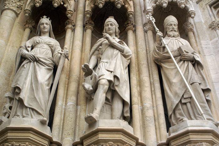 Фигуры на фасаде собора Вознесения Девы Марии в Загребе