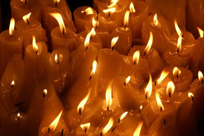 Свечи у иконы Богоматери в Каменных вратах