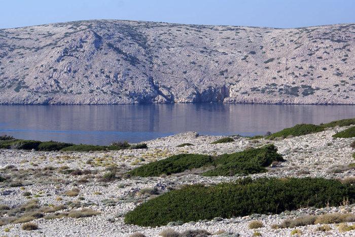Узкий пролив отделяет остров Раб от острова Паг