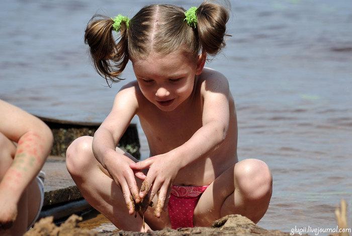 Очень много детей, беременных и даже мамочек, кормящих грудью своих чад прямо на пляже. Приятно, что дети хорошо воспитаны и никому не мешают. Селище (озеро Волго), Россия