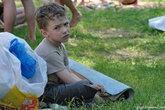 У этого мальчишки родители-злые ехидны.Уплыли куда-то на серфе, а пацана оставили одного приглядывать за вещами. Он сидел так около двух часов, периодически озираясь по сторонам и пуская скупую слезу.