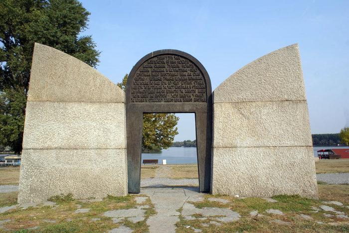 Памятник жертвам американской бомбардировки 1999 года установлен у впадения реки Сава в Дунай
