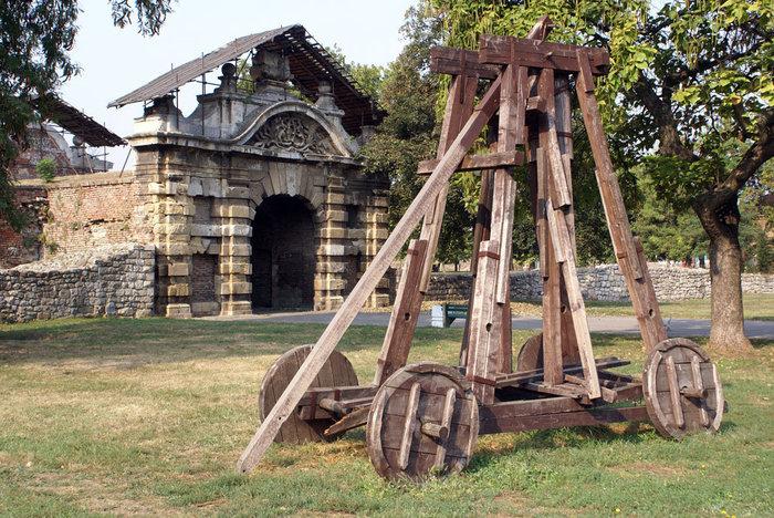 Древнее приспособление для штурма крепостей — в парке ниже крепости