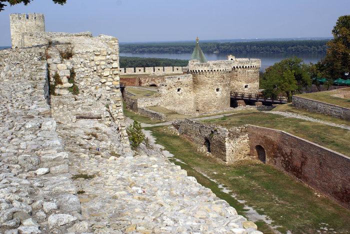 Стена, башни и крепостной ров