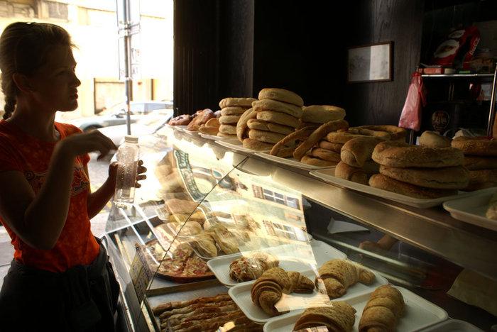 Трудный выбор — в булочной в Белграде