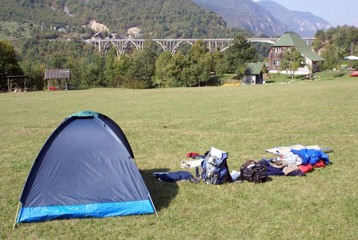 Наша палатка в кемпинге — с видом на мост  Джурджевича