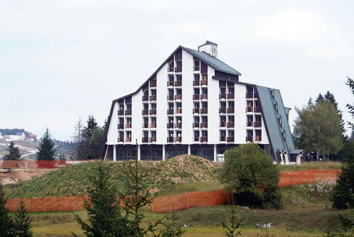 Отель пустует в ожидании горнолыжников — в поселке Жабляк