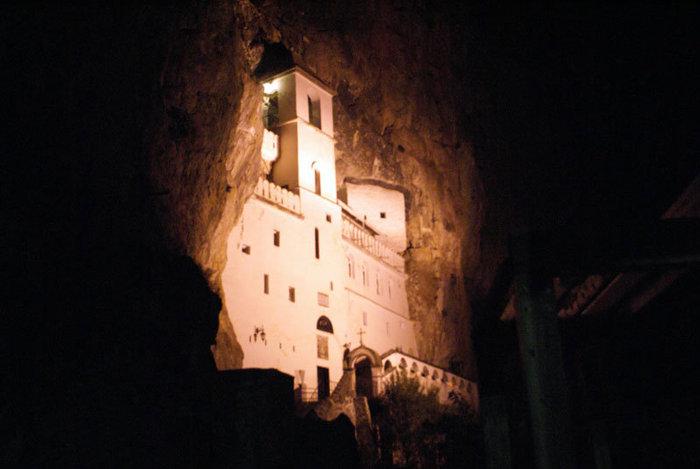 Монастырь Острог ночью