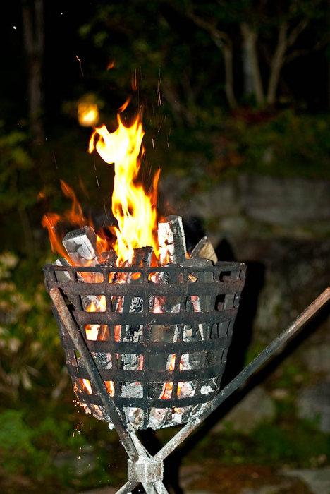 Огонь зажигают на время танца