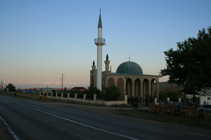 Современная мечеть на въезде в город