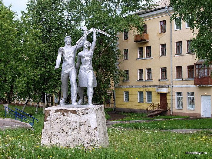 Памятник колхозникам