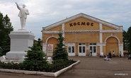 Еще одной достопримечательностью Слободского можно назвать здания старого центра города. Например, с купеческих времен здесь сохранились торговые ряды, в которых теперь находится кинотеатр