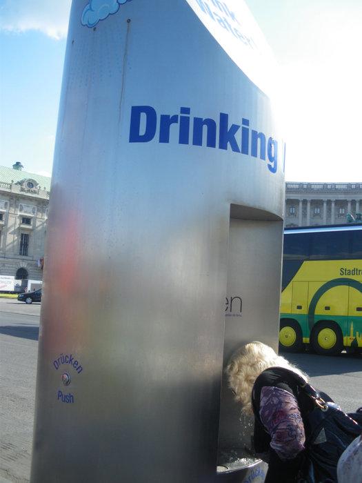 Питьевой фонтан на площади Хельденплац