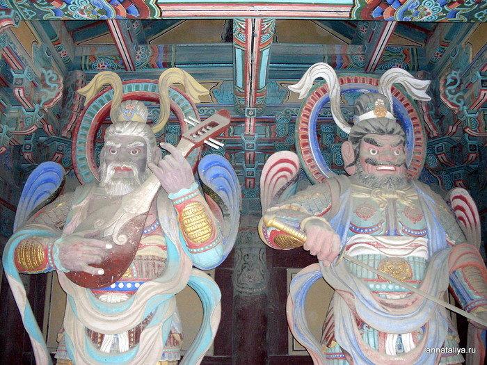 Стражники у входа в монастырь