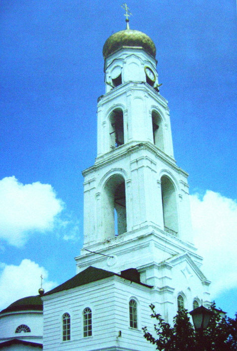 Устремленная ввысь колокольня является продолжением надвратной церкви во имя Архистратига Михаила — предводителя небесного воинства, защищающего святые ворота Раифы