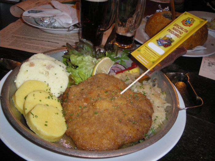 Жареная свиная вырезка на чесноке, тушёная капуста с луком, картофельные кнедлики, кнедлики из белового хлеба
