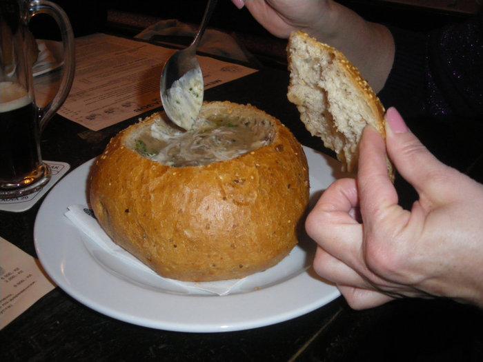 Грибной суп со сметаной и укропом  в хлебной буханке