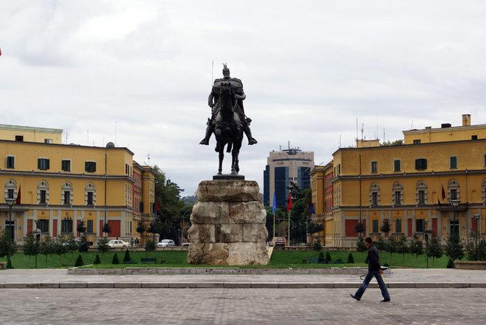 Памятник Скандербергу на площади Скандерберга в Тиране