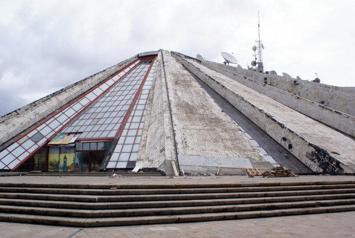Пирамида — бывший музей диктатора Энвера Ходжи