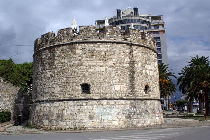 Крепостная башня на углу крепостной стены в Дурресе