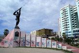 Памятник герою на набережной в Дурресе