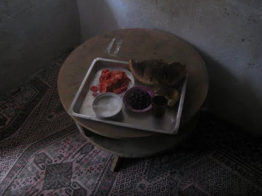 Завтрак: черный чай с сахаром, хлеб, помидоры и маслины