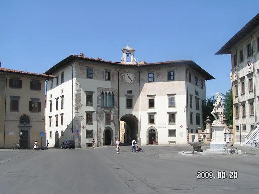 Дворец с подворотней