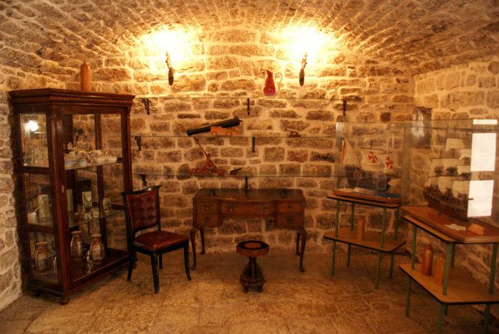 Музейный зал в крепости в Будве