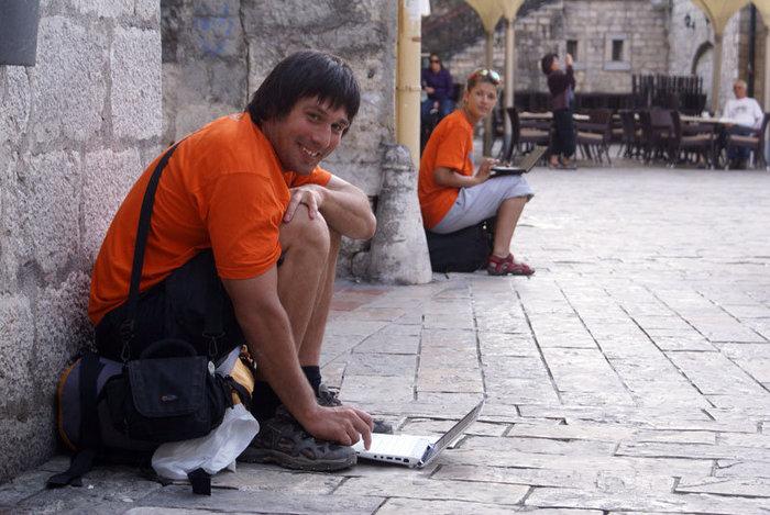 Кругосветчики на центральной площади Котора — в поисках беспроводного Интернета
