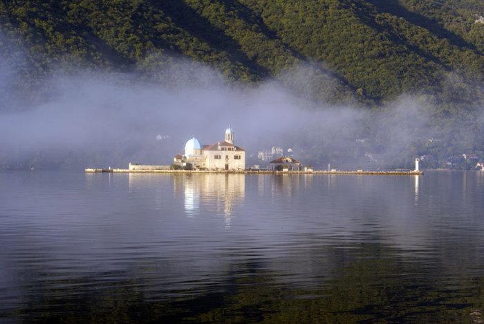 Церковь на острове в облаке, возле Пераста