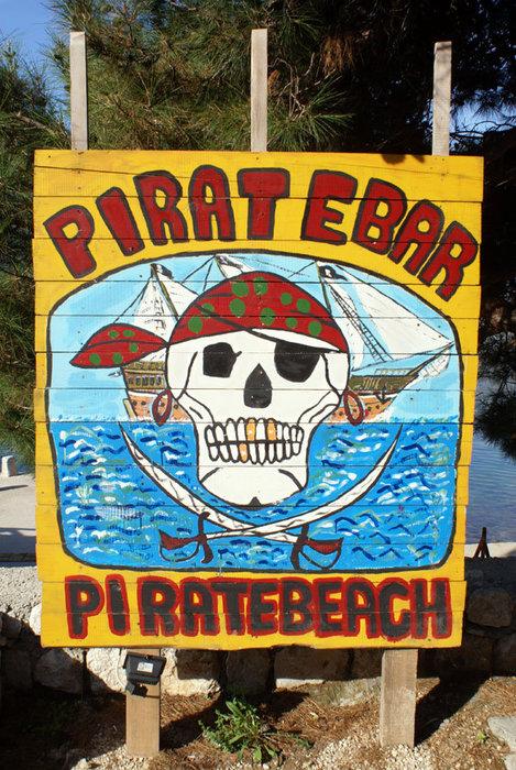 Всего лишь вывеска пляжного кафе в Перасте