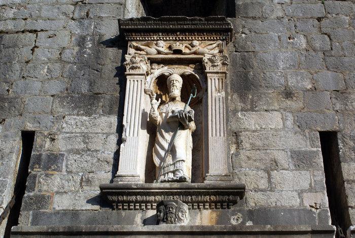 Святой покровитель Дубровника — статуя над входом в Старый город