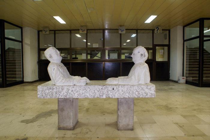 Оригинальная скульптура на железнодорожном вокзале в Мостаре