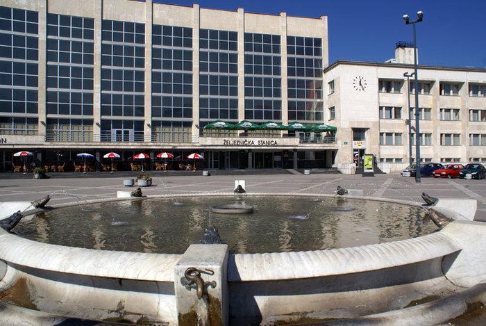 Фонтан на площади у железнодорожного вокзала в Сараево
