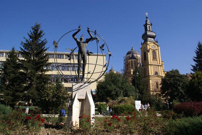 Памятник у католического собора в центре Сараево