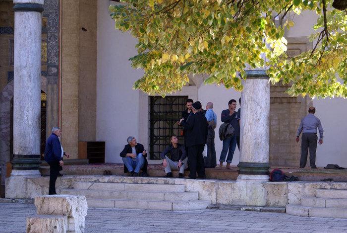 Во внутреннем дворе мечети