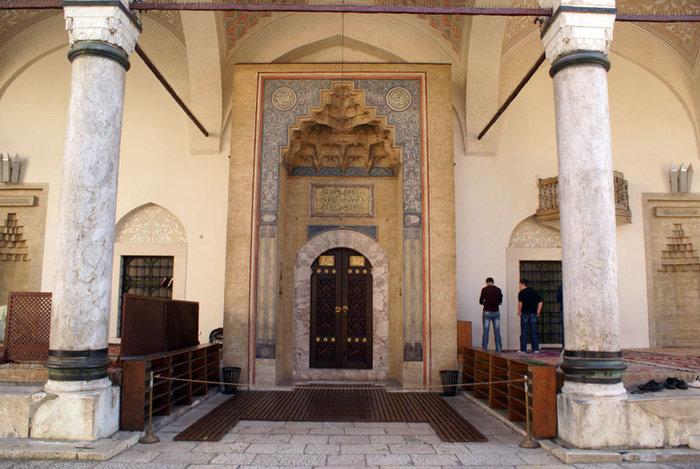 Вход в центральную мечеть Сараево