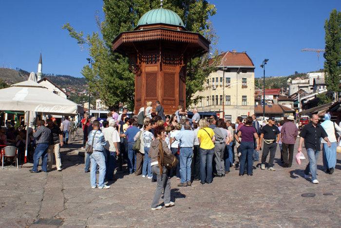 Туристы у знаменитого фонтана