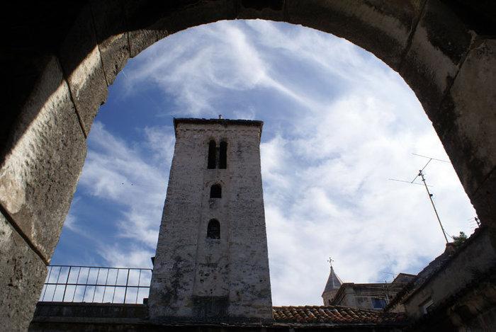 Вид на колокольню через арку дворца Диоклетиана в Сплите
