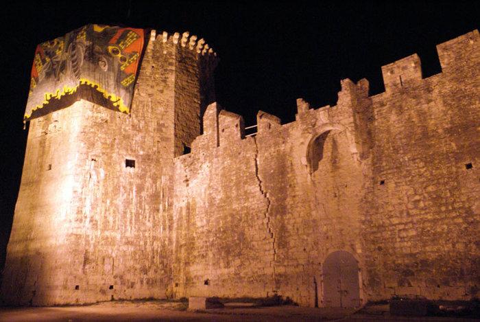 Крепость в Трогире ночью