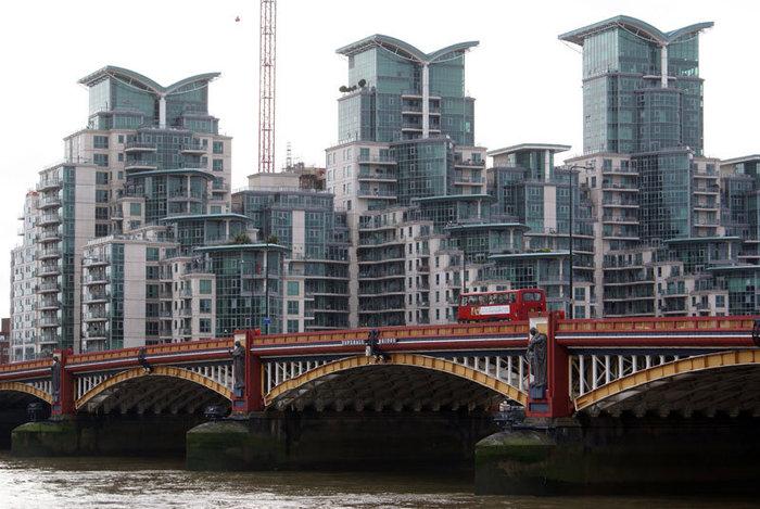 Новый мост и новые здания на старой Темзе
