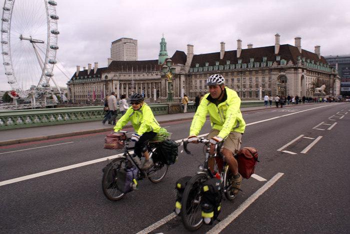 Велосипедисты на мосту